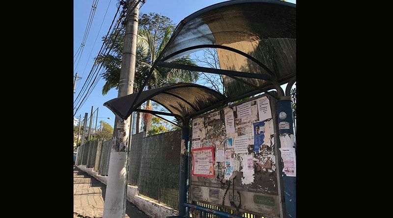 Abrigo de ponto de ônibus está caindo